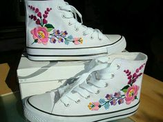 ideas for embroidery converse booties Hungarian Embroidery, Diy Embroidery, Embroidery Patterns, Embroidery Stitches, Embroidery Techniques, Casual Fashion Trends, Diy Fashion, Diy Vetement, Mode Boho