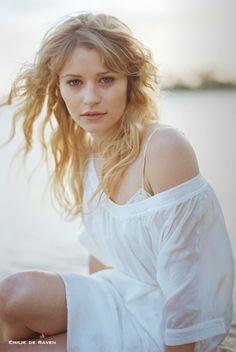 Emilie De Ravin (as Shelby Kincade, America's Girl Next Door) #Australia #celebrities #EmiliedeRavin Australian celebrity Emilie de Ravin loves http://www.kangadiscounts.com