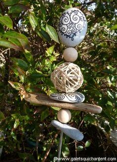 Tuteur avec bout en pierre et bois à vendre, mais idée DIY Dame Nature, Land Art, Stone Painting, Decoration, Painted Stones, Totems, Christmas Ornaments, Holiday Decor, Table