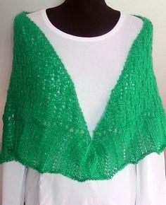 pletený šátek Pletený z mohérové příze - barva jarní zelená se stříbrnou nitkou. Rozměry: nejdelší strana cca 140 cm, v cípu cca 62 cm.