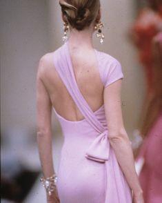 "4,434 curtidas, 61 comentários - Valentino Garavani (@realmrvalentino) no Instagram: ""Looking back at design details from Haute Couture Spring/Summer 1989. #OneDressADay"""
