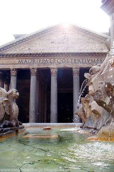 Rzym- Na pierwszym planie znajduje się fontanna zaprojektowana przez Giacomo della Porta  na drugim planie widzimy elewację frontową Panteonu