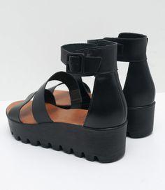 Sandália feminina    Material: sintético    Tratorada    Marca: Satinato    Com tiras         COLEÇÃO VERÃO 2017         Veja outras opções de    sandálias femininas.            Sobre a marca Satinato         A Satinato possui uma coleção de sapatos, bolsas e acessórios cheios de tendências de moda. 90% dos seus produtos são em couro. A principal característica dos Sapatos Santinato são o conforto, moda e qualidade! Com diferentes opções e estilos de sapatos, bolsas e acessórios. A…