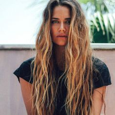 How to Get Beachy Hair This Summer, Even if Your Strands Are Stick-Straight 10 products to give you the surfer-girl waves you crave – Station Of Colored Hairs Beachy Hair, Beach Wave Hair, Beachy Waves, Long Beach Hair, Messy Beach Waves, Surfer Girls, Surfer Girl Hair, Surfer Girl Fashion, Corte Y Color