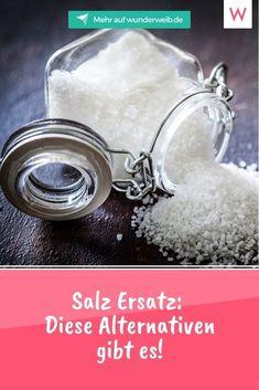 Salz begleitet uns jeden Tag in der Küche: Wir nutzen es zum Würzen, Verfeinern und einfach, weil es gut schmeckt! Dabei ist das Gewürz gar nicht so gesund und kann durch Alternativen ersetzt werden. #ernährung #gesundheit #salz #gewürze Ras El Hanout, Salt, Food, Pretzel Sticks, Food Items, Healthy Nutrition, Health, Essen, Salts