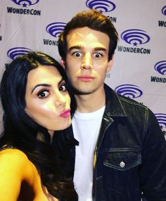 Emeraude Toubia y Alberto Rosende Alberto Rosende, Simon Lewis, Shadowhunters Tv Show, Isabelle Lightwood, Movie Couples, Malec, Shadow Hunters, Cassandra Clare, The Mortal Instruments