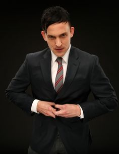 Robin Lord Taylor imagens Robin Lord Taylor ~ 2014 Fox Summer TCA Tour Portrait HD wallpaper and background fotografias