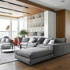 Elegante #diseño de #interiores. Destacan: Contraste de materiales calidos en madera vs claros, la iluminacion, diseño de techos, ademas del moderno y comodo #mobiliario de la marca @minotti_spa traidos a venezuela por el equipo de @stylusmuebles en...