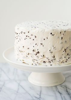 Create a stunning chocolate chip layer cake for your dessert tonight. A great birthday cake holiday cake or weeknight entertaining cake recipe. Light and sweet chocolate chip cake that has a buttercream chocolate chip frosting. Köstliche Desserts, Delicious Desserts, Dessert Recipes, Layer Cake Recipes, Frosting Recipes, Naked Cakes, Bolo Cake, Slow Cooker Desserts, Piece Of Cakes