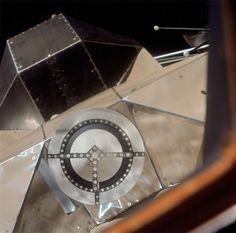 Foto de primer plano del acoplamiento blanco en el techo del módulo Lunar (LM) como se ve desde el módulo de mando (CM) que atracó.