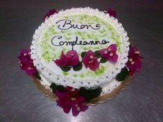 torta con fiori freschi e di stagione