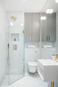 aménager une petite salle de bain, douche italienne avec verre transparent, meuble rangement en gris, douche couleur or, meuble de rangement en blanc, meuble wc blanc suspendu