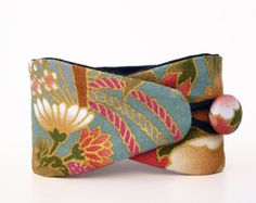 Obi bracelet Seigaiha with japanese fabric, dark blue and ivory pattern. Wristband with japanese waves pattern for women. Accessory for men - Accessory Models Fabric Bracelets, Fabric Jewelry, Men's Jewelry, Jewellery, Japanese Embroidery, Japanese Fabric, Kimono Fabric, Kimono Shirt, Kimono Outfit