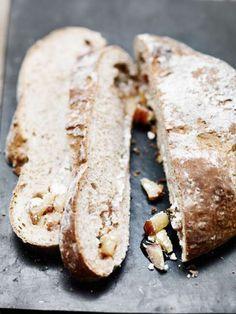 Brood met appel, vijgen en geitenkaas. Het recept vind je hier:  http://www.vijg.nl/recepten/geitenkaas-tijmbrood-met-appel-en-vijgen/