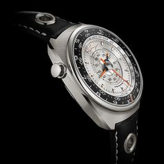 Singer Track 1 Launch Edition, a radical focus on legibility through the centralized display of all the chronograph functions thanks to a revolutionary movement. Modern Watches, Cool Watches, Watches For Men, Wrist Watches, Porsche Singer, Singer Vehicle Design, Watches Photography, Retro Design, Automatic Watch