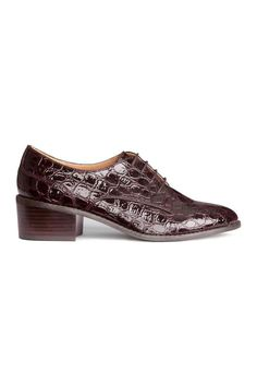 Patent shoes: Flat patent shoes in crocodile-patterned imitation patent leather with open lacing and rubber soles. Heel 5 cm.