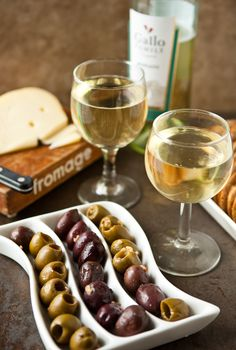 Loving this appetizer spread to go with a bottle of wine!  Via  @Angie McGowan (Eclectic Recipes)