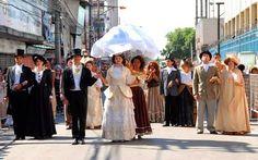 Caracterização para participação no Desfile Cívico de 7 de Setembro, encenando a riqueza dos Barões Fazendeiros e a dura realidade da escravidão no Brasil Imagem: Notícias de Nova Iguaçu