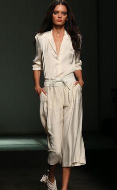La marca española fue la encargada de la apertura de la pasarela 080 Barcelona Fashion. Vimos mucho blanco y colores nude en contraste con el negro. Nos gustaron los looks casual perfectos para la temporada que viene.¡La primavera ya casi está aquí!