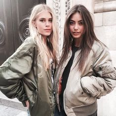 Image shared by ᗰƖᔕᔕ ᗰᗩᖇƖᗩ. Find images and videos about girl, fashion and clothes on We Heart It - the app to get lost in what you love. Vanessa Moe, Rain Jacket, Bomber Jacket, Latest Fashion For Women, Womens Fashion, 90s Fashion, Fashion Tips, Street Fashion, Girl Fashion