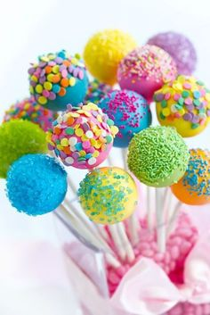Beginner's Guide to Making Delicious Cake Pops. Simple tips for making beautiful, delicious cake pops. You may have a love-hate relationship with cake pops. But your guests will rave about them! Cookie Pops, Easter Cake Pops, Birthday Cake Pops, Colorful Birthday Cake, Birthday Treats, Bar A Bonbon, Baby Shower Table Decorations, Colorful Cakes, Colorful Party