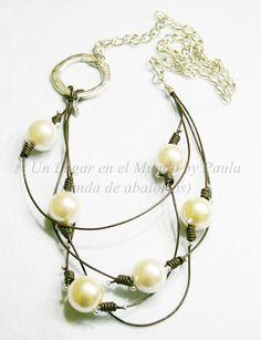 Collares con perlones, cuero natural, cadena y piezas de Zamak.