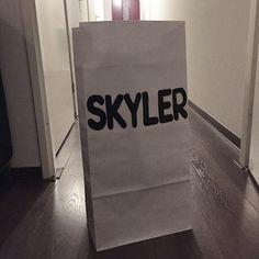 Custom made paperbag van Koetjes & Kaartjes. Paperbags zijn niet meer weg te denken uit het interieur. Niet alleen ziet het er leuk uit, maar je kunt er ook veel spullen in kwijt. Deze zak is erg sterk en helemaal gemaakt van dik wit kraftpapier.