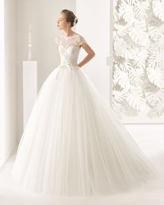 Matt cotton guipure lace wedding gown with tulle skirt. Rosa Clará 2017 Collection.