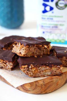 gezonde repen met noten en chocolade Healthy Baking, Healthy Snacks, Healthy Recipes, Oatmeal Recipes, Vegan Treats, Sweet Desserts, Four, Granola, Sweet Tooth