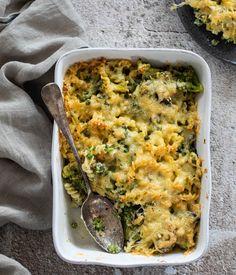 Pasta recepten. Een pastaschotel uit de oven met veel groente zoals broccoli, doperwtjes en een romige saus en een laag krokant gebakken kaas. Ovenschotel recepten zijn hele makkelijke recepten voor drukke dagen. Het duurt even voordat het gaar is, maar je kunt het van tevoren klaar maken. Ga naar de website Miljuschka.| Makkelijke recepten avondeten | vegetarische recepten hoofdgerecht | makkelijke ovenschotel | groenten recepten | groenten in de oven | romige pasta recepten #miljuschka