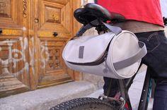 El complemento perfecto para tu bici, fabricado con tejido reciclado y diseñado para llevar lo indispensable.