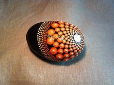 Oranje kleurovergang dot mandala ontwerp op een zwarte achtergrond met een glanzende afwerking. Deense strand rots uitgekozen uit Odsherred strand. Geïnspireerd door alle kleuren van de regenboog, zoals alle anderen in deze serie ook. Gewicht: 315g/0,69 lb Lengte: 9cm/3,5-inch Breedte: