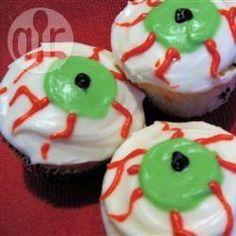 Die Gruseligen Augen Cupcakes sind perfekt für Halloween. Man kann jeden Muffin leicht so in einen Halloween Muffin verwandeln @ de.allrecipes.com