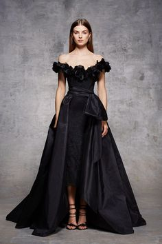 Marchesa Pre-Fall Long black dress, ideal for an important night! Style Couture, Couture Fashion, Runway Fashion, Beautiful Gowns, Beautiful Outfits, Marchesa, Couture Dresses, Fashion Dresses, Red Carpet Dresses