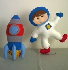 boneco astronauta e foguete em feltro  tamanho boneco 35 cm (aprox)  foguete 30 cm