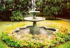 Chafariz de centro em jardim de Celso Orsini.  Fotografia…