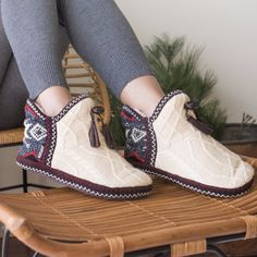 Get cozy with our nordic pattern MUK LUKS' Amira cream slipper. Compliment your happy feet with warmth and softness. Sizes come in S(5-6), M(7-8), L(9-10), XL(11-12) with easy care instructions. No he