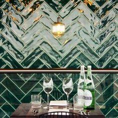 Half tile donkergroen victorian green 7,5 x 30 cm visgraat te zien in Thrill Grill restaurant in Tilburg