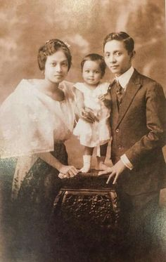Family portrait of Fernando C. Amorsolo with his first wife, Salud Jorge, and their first child, Virginia. Source: Maestro Fernando C. Philippines Fashion, Philippines Culture, Manila Philippines, Filipino Art, Filipino Culture, Old Photos, Vintage Photos, Family Portraits, Family Photos