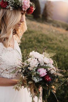 Bridal Flowers #sunset #flowers Bridal Flowers, Bridal Bouquets, Portrait, Floral Wreath, Wreaths, Photography, Sunset, Decor, Wedding Photography