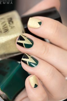 Triangle dans triangle texturé Nail art green, gold and black nails