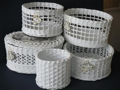 White basket Straw Weaving, Paper Weaving, Basket Weaving, Baskets On Wall, Storage Baskets, Wicker Baskets, Newspaper Basket, Newspaper Crafts, Recycled Magazines