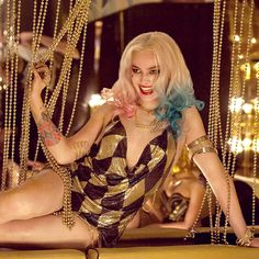 The Clown Princess of Crime herself, Harley Quinn (Margot Robbie), is highlighted in the latest Suicide Squad movie image. Margot Robbie Harley, Wolf Of Wall Street, Leonardo Dicaprio, Gotham, Dc Comics Peliculas, Harley Quinn Et Le Joker, Harey Quinn, Suicide Squad, Kings & Queens