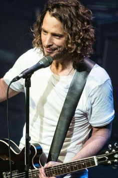 Chris Cornell... those eyes, those dimples, that voice, the hair... what a beautiful soul. Love u Chris Cornell, rest peacefully