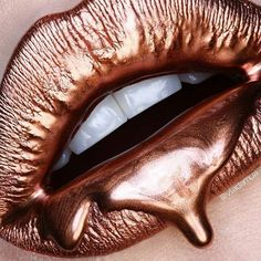 Best Ideas For Makeup Tutorials Picture DescriptionCan we all just take a moment and hail Vlada Haggerty for this bronzed lip art! Rose Gold Makeup, Rose Gold Hair, Mac Lipstick Swatches, Lipsticks, Lip Art, Lente Dental, Rose Gold Aesthetic, Rose Gold Wallpaper, Iphone Wallpaper