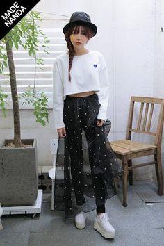 キュートなトランプ柄が全面に施されたマキシスカート☆ 透け感のあるシースルー素材なのでフェミンな雰囲気を演出します。[Stylenanda]
