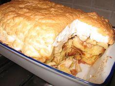 HOZZÁVALÓK 6 alma 9 kifli 2 evőkanál zsemlemorzsa 8-10 evőkanál baracklekvár 10 dkg darált dió 25 dkg porcukor 2 csomag vaníliás cukor 5 tojás fahéj 1 l tej 10 dkg margarin + 1 evőkanál ELKÉSZÍTÉS Megmossuk, meghámozzuk, kimagozzuk é... Hungarian Recipes, Something Sweet, Sweet Life, Muffin, Food And Drink, Sweets, Cheese, Cookies, Chicken