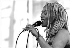 Cassandra Wilson (Jackson, 4 de diciembre de 1955), cantante estadounidense de jazz que se convirtió en una de las primeras voces del jazz femenino en los años noventa. Su estilo es la fusión.  Imagen: allaboutjazz.com