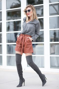 3 LOOKIERO – Mi Aventura Con La Moda. Grey blouse+brick red leather shorts+grey over the knee boots+sunglasses. Spring Dressy Casual Outfit 2017