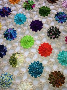 Yoyó and crochet Quilt Block Patterns, Crochet Blanket Patterns, Crochet Motif, Pattern Blocks, Crochet Flowers, Fabric Flowers, Sewing Patterns, Fabric Art, Fabric Crafts